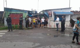 Moradores acompanham a demolição da Feira Sandra Maria